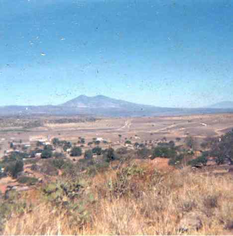 El Puertecito, camino de brecha y al fondo cerro de Zináparo