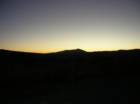 Es el cerro de Epejan acariciado por el luminar mañanero