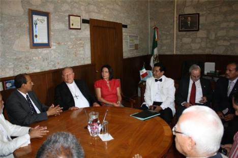 Con él, alcalde Ricardo Guzmán, síndica Ligia López Aceves, entre otras personas