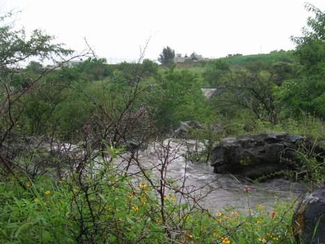 La cortina de la presa se vuelve cascada, como se ve en la foto, cuando llueve fuerte