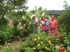 Gente de Ziquítaro, agosto 2008. Don Amadito Corta un cabuchile. En la foto además Gabrielita Josselyne  y Petrita