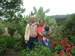 Gente de Ziquítaro, agosto 2008. En el huerto, Silviano, Petrita y Joselyn. (Foto de Gabrielita)