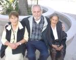 Las tías Lucre y Chepa, con Silviano frente al templo. Foto de Emmanuel Martínez
