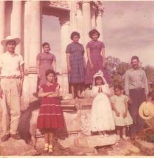 Ziquítaro. En foto de Manuel Bolaños Aguiñiga (+), tomada hacia 1958, don Encarnación Martínez Mejía, con sus hijos Roque, Rosa, Sara, Petrita, Ma. de la Luz,Marisela y Socorro. Faltaron doña Benita y Silviano (ausente)