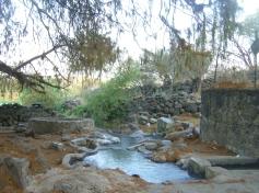 Ziquítaro, calles y paisajes, 45. Mañanita del día 12. En La Ojo de Agua,donde nace, tinajita y pileta