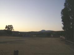 Ziquítaro, calles y paisajes, 9. Mañanita del día 12. Silueta del cerro del Metate