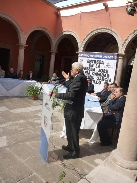Don Raúl García Castillo, agradece la presea Cavadas